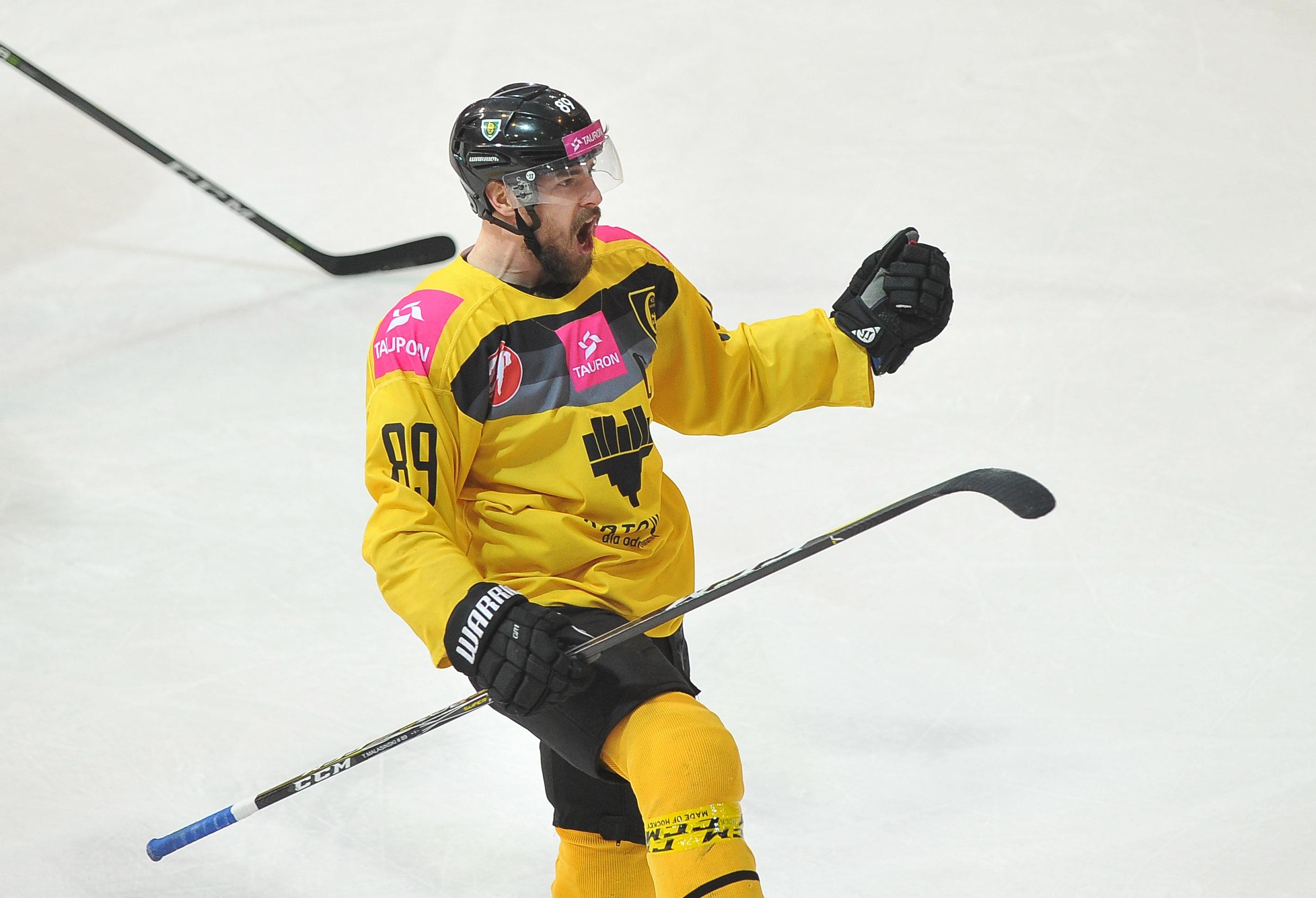 Tomasz Malasiński cieszy się po golu dla Tauron KH GKS Katowice