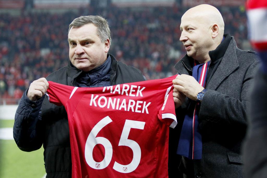Marek Koniarek otrzymuje pamiątkową koszulkę na stadionie Widzewa