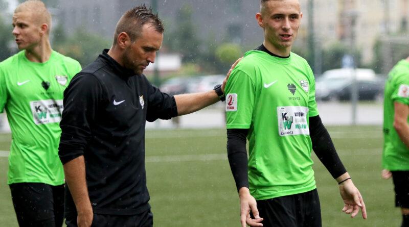 Trener Wróbel wpaja swoim młodym podopiecznym filozofię ofensywnego futbolu. Zdjęcia Tomasz Błaszczyk